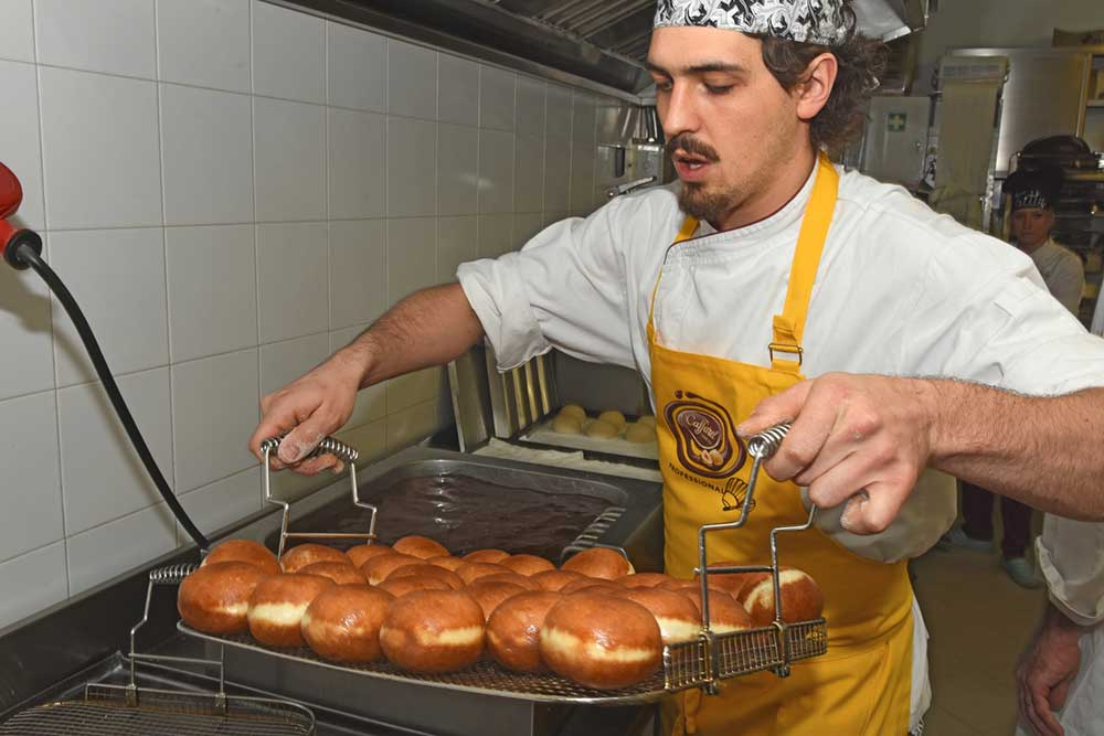 Krapfen pasticceria Ugetti: cottura dei Krapfen
